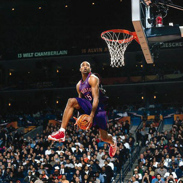 OAKLAND - FEBRUARY 12:  Vince Carter #15 of the Toronto Raptors goes for a dunk during the 2000 NBA All Star Slam Dunk Contest at The Arena In Oakland on February 12, 2000 in Oakland, California. NOTE TO USER: User expressly acknowledges and agrees that, by downloading and or using this photograph, User is consenting to the terms and conditions of the Getty Images License Agreement. Mandatory copyright notice: Copyright NBAE 2002 (Photo by Garrett Ellwood/NBAE/Getty Images)